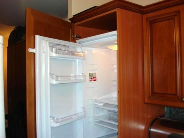 Навеска фасадов на встраиваемый холодильник