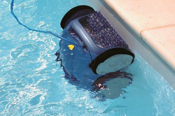 Робот пылесос в бассейне