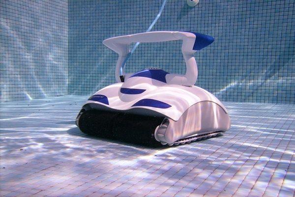 Робот пылесос на дне бассейна