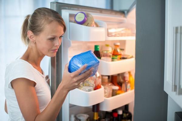 Проверка срока годности продукта в холодильнике