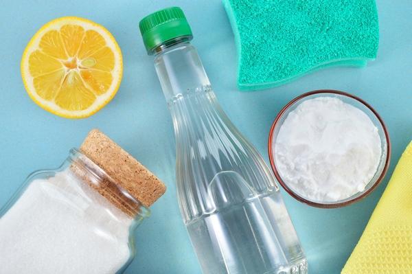 Сода, уксус, лимон и губка для мытья холодильника