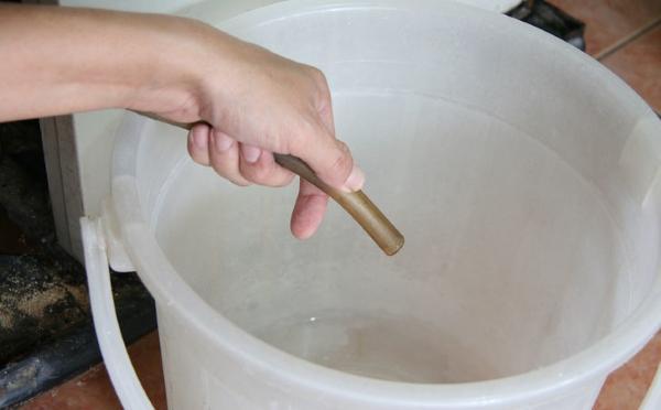 Труба для стока жидкости в холодильнике