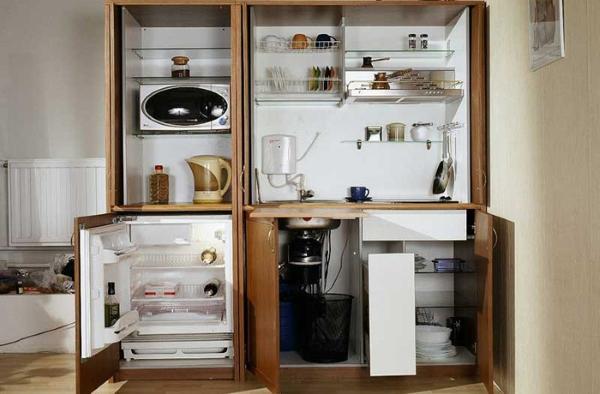 Маленький холодильник в офисе