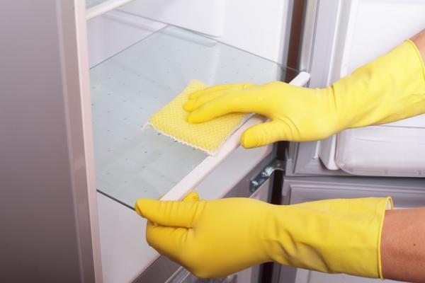 Очистка холодильника внутри