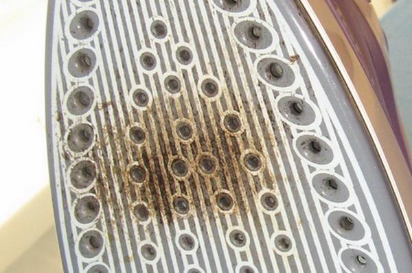 Как очистить утюг от пригара на подошве: чем убрать пригоревшую ткань