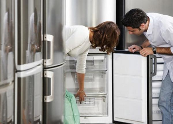 Осмотр холодильника внутри