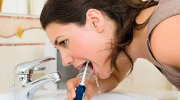 Процедура чистки полости рта ирригатором