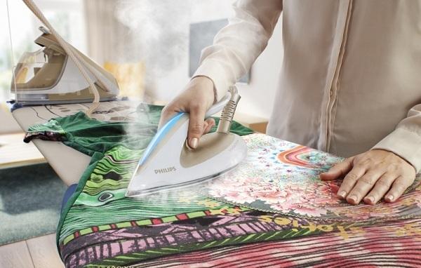 Разноцветное белье на гладильной доске