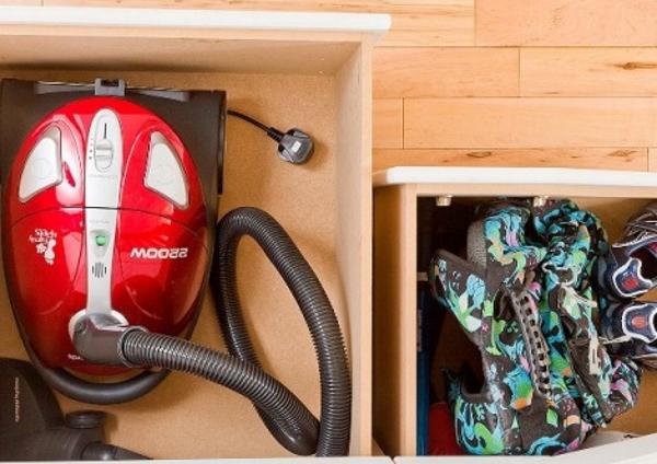 Хранение пылесоса в шкафу