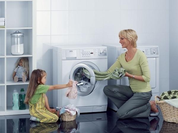 Мать и дочь возле стиральной машины