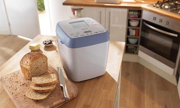 Хлеб и хлебопечка на столе
