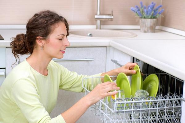 Девушка выкладывает посуду