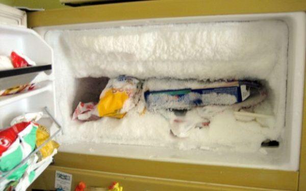 Большая наледь в морозильной камере