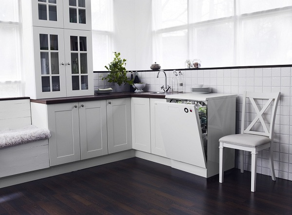 Посудомоечная машина встроена в кухню