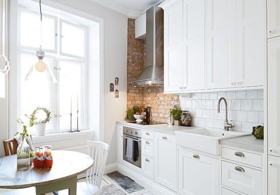 Вытяжка на белой кухне