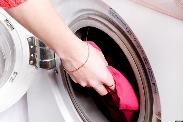 Белая стиральная машина с открытым люком
