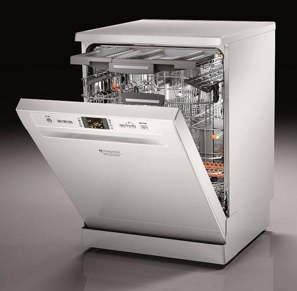 Белая посудомоечная машина