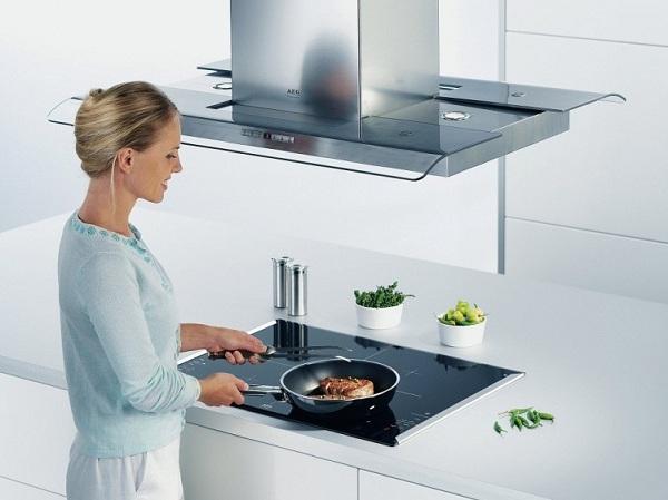 Девушка на кухне