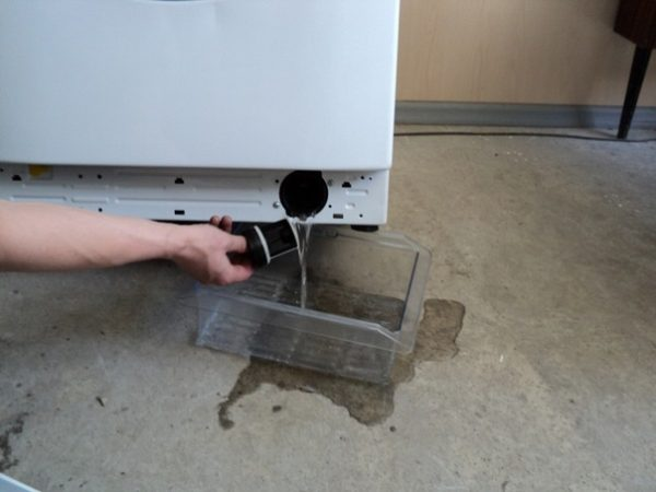Слив воды через фильтр