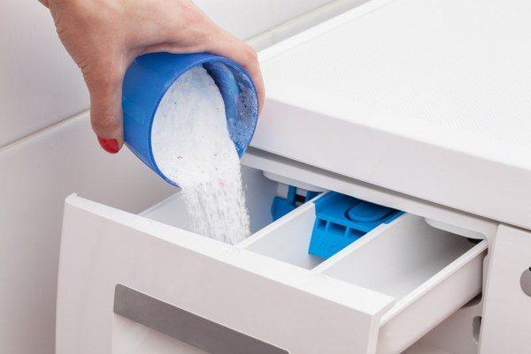 Загрузка стирального порошка в специальный лоток