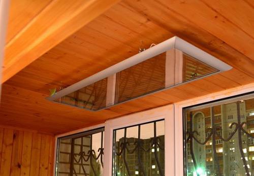 Инфракрасный обогреватель установленный на потолке