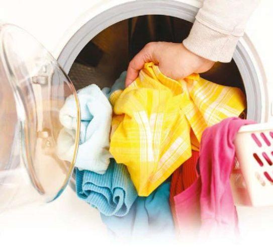 Загрузка белья во фронтальную стиральную машину