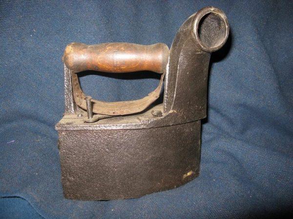 Один из первых утюгов