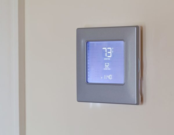 Электронный терморегулятор на стене