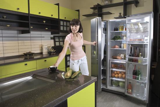 Незакрытая дверца холодильника