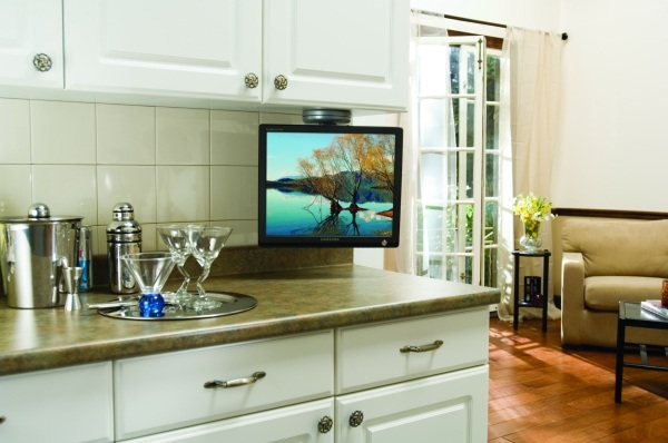 Телевизор на белой кухне