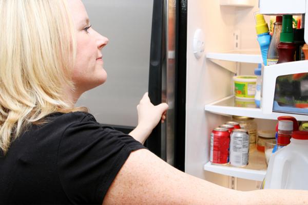 Девушка и открытый холодильник