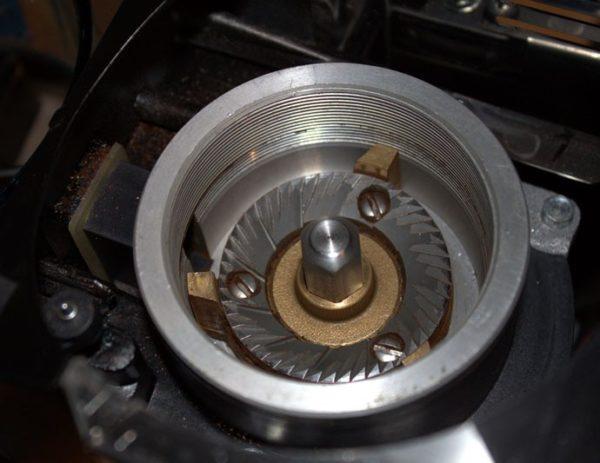 Устройство электрической жерновой кофемолки