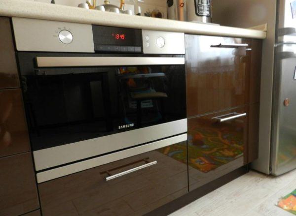 Духовой шкаф с СВЧ в кухне