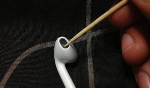 Apple EarPods очистка зубочисткой