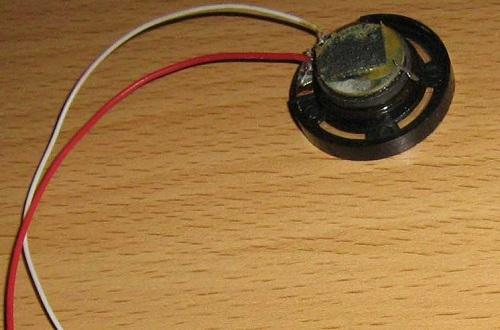 Динамик с проводами