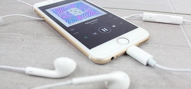Айфон с наушниками