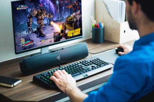 Компьютер с установленным саундбаром