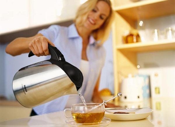 Девушка заваривает чай в чашке