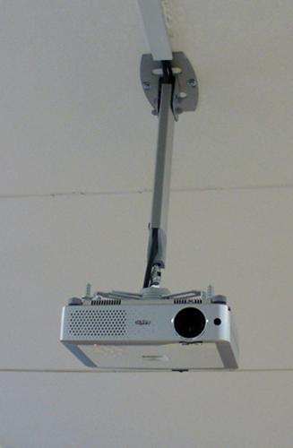 Установка проектора на различные типы потолка и монтаж экрана своими руками