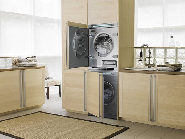 Сушильная машина над стиральной
