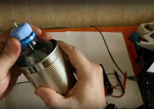 Консервная банка с пластиковой бутылкой