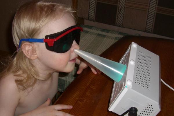 Ребенок проходит процедуру кварцевания