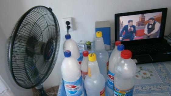 Бутылки со льдом и вентилятор