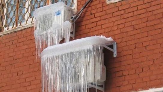 Klimanın dış ünitesi buzla kaplıdır.