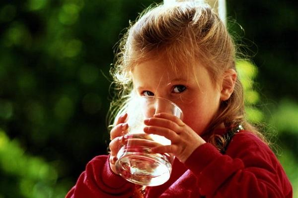 Ребенок пьет воду из стакана