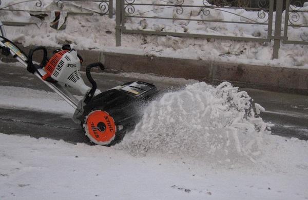Триммер с насадкой для уборки снега