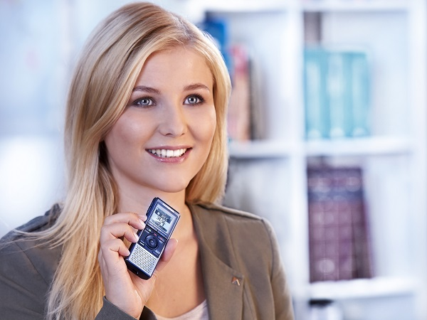 Студентка с диктофоном