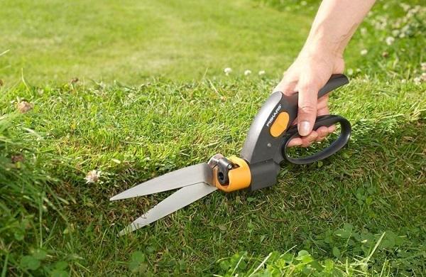 Применение ножниц для травы