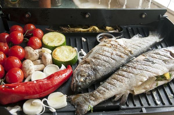 Овощи и рыба на гриле