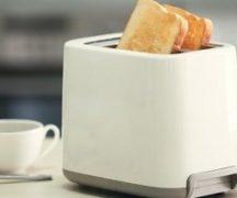 Тостер с ломтиками хлеба